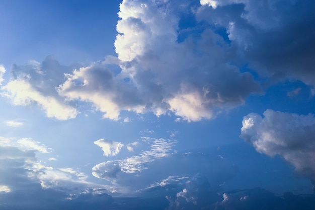 Dramatische hemel met wolken voor de regen.