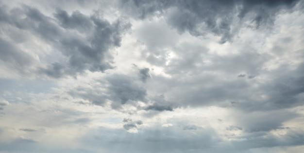 Dramatische hemel voor storm, groothoek