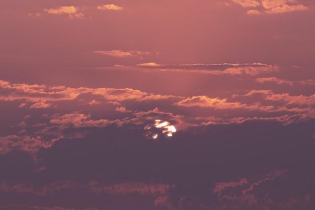 Dramatische hemelachtergrond op zonsondergang. natuur samenstelling. afrika, namibië