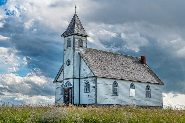 Dramatische lucht boven de historische, maar verlaten peace lutheran church in stonehenge,