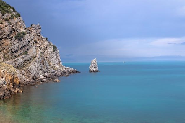 Dramatische lucht boven de rotsachtige kust en de parus-rots aan de kust van de zwarte zee krim-schiereiland