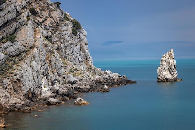 Dramatische lucht boven de rotsachtige kust en de parus-rots aan de kust van de zwarte zee
