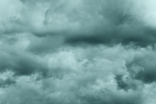 Dramatische onweerswolken bij regenachtig weer in de lucht, kleuren in trend tidewater green kleur van het jaar 2021. meteorologie abstracte textuur, natuurachtergrond. getinte afbeelding, zachte focus en bewegingsonscherpte cloudscape