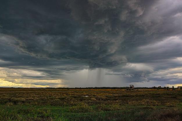 Dramatische regen storm wolken komt