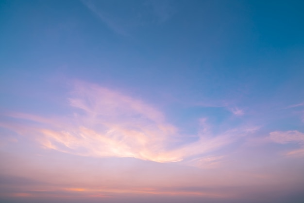 Dramatische roze en blauwe lucht en wolken