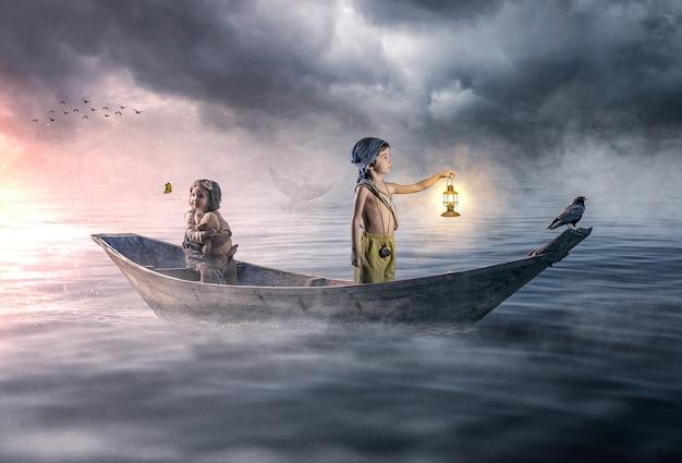 Dramatische scène van twee verdwaalde kinderen die in de oceaan ronddrijven
