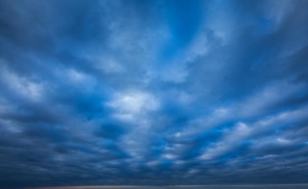 Dramatische stormachtige lucht