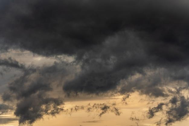 Dramatische stormachtige wolken in de lucht tijdens regenachtig weer natuurlijke bewolkte weerachtergrond