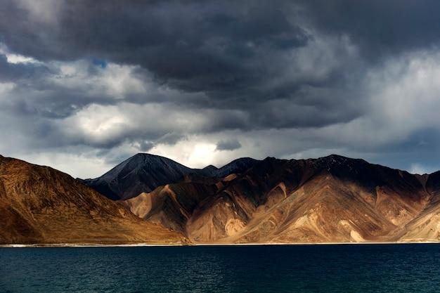 Dramatische wolk en hemel met himalayagebergte meer bij leh ladakh india