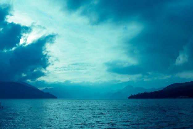 Dramatische wolken boven bergmeer in japan bij schemering