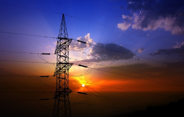 Dramatische wolkenhemel en elektrische toren