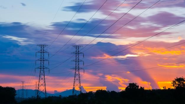 Dramatische zonsondergang bij hoogspanningsmasten