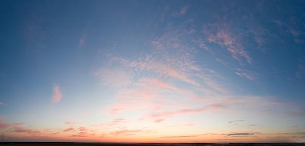 Dramatische zonsondergang, de zonnestralen schijnen door de wolken.