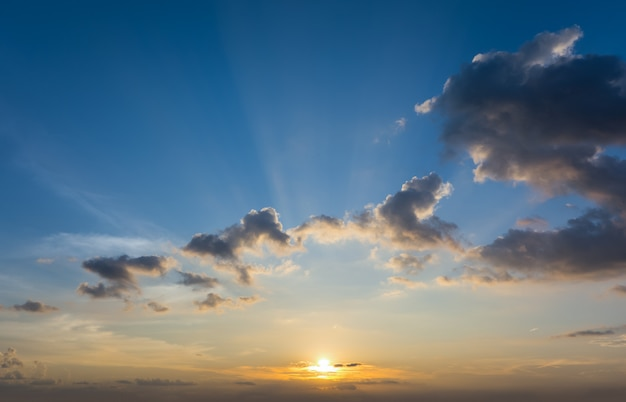 Dramatische zonsondergang en zonsopgang hemel aard achtergrond.