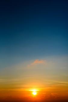 Dramatische zonsondergang en zonsopganghemel en wolken