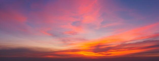 Dramatische zonsondergang en zonsopganghemel.