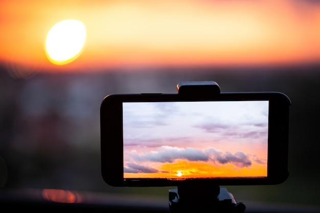 Dramatische zonsondergang met de hemel en de wolken van de schemeringkleur.
