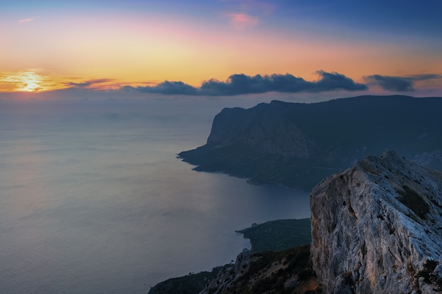 Dramatische zonsondergang over de bergen en de zee