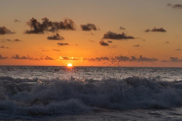Dramatische zonsondergangmening van de golven van indische oceaan