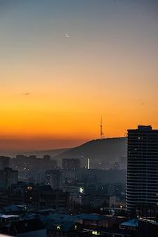 Dramatische zonsopgang boven tbilisi de stad in