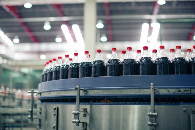 Drank fabriek interieur. transportband stroomt met flessen voor koolzuurhoudend water.