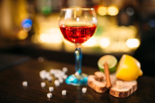 Drank in glas, limoen, citroen, zout en dobbelstenen