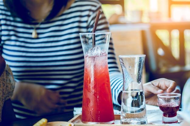 Drank in prachtige fles met jonge vrouw in café
