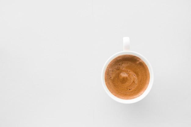Drankenmenu italiaans espressorecept en biologisch winkelconcept kopje warme franse koffie als ontbijtdrank flatlay kopjes op witte achtergrond