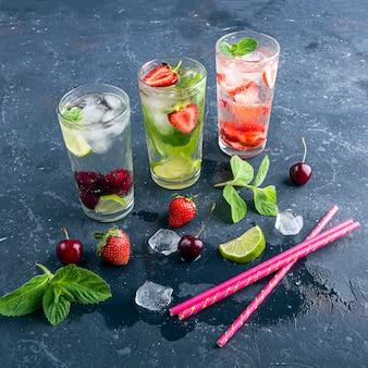 Drankje met aardbei limoen kers en munt op donkere achtergrond. mojito-cocktails