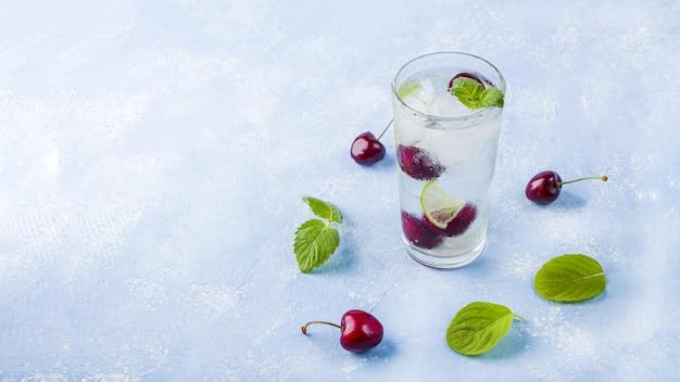 Drankje met limoen, kers en munt, zomerse limonades, mojito-cocktails