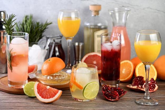 Drankjes en cocktails gin-based met diverse citrusvruchten