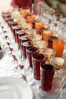 Drankjes in kopjes en glazen op tafel, buffet