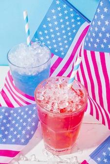Drankjes voor de viering van de amerikaanse onafhankelijkheidsdag. usa vlag gekleurde rode en blauwe ijskoude cocktails kopiëren ruimte