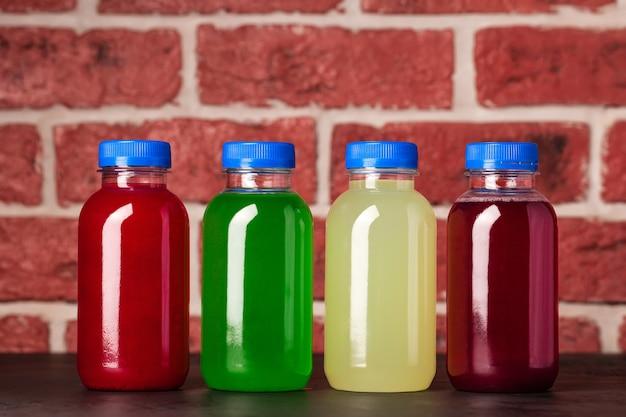 Drankjes zijn helder gekleurd in een pot