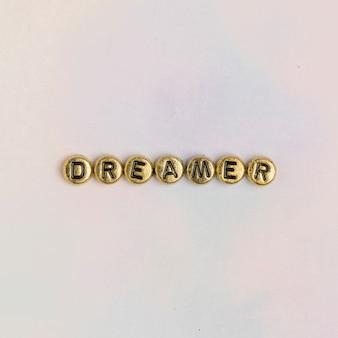 Dreamer kralen tekst typografie op pastel