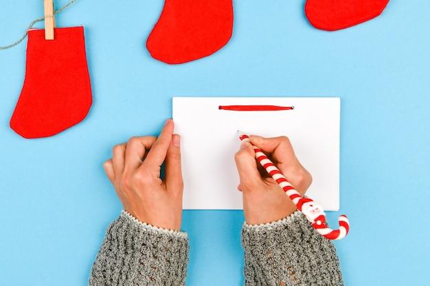 Dreams of goal plans maken een lijst voor het schrijven van een nieuwjaars-kerstconcept in een notitieboekje