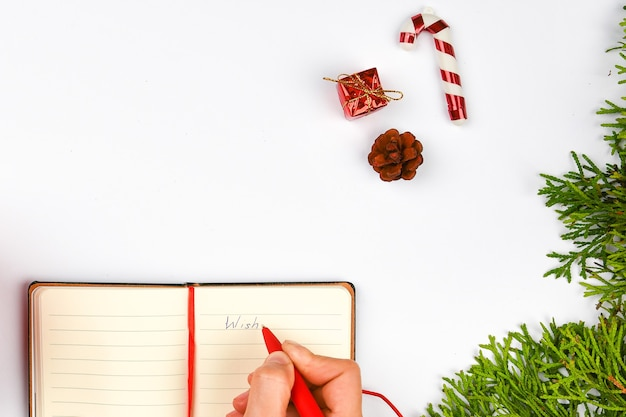 Dreams of goals-plannen maken een lijst voor het schrijven van nieuwjaarskerstmisconcept in notitieblok