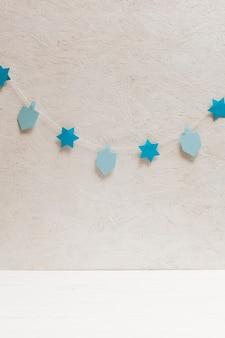 Dreidel en sterrencollectie aan de muur