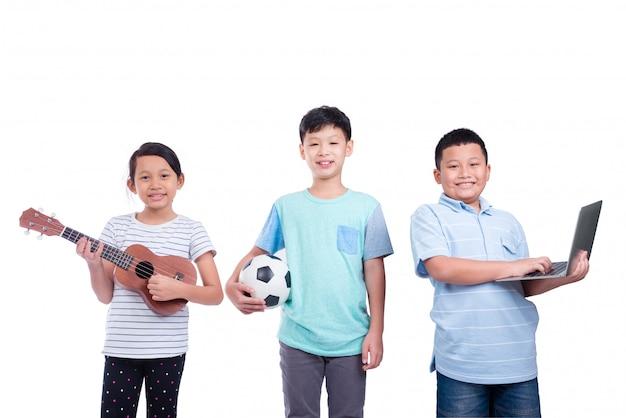 Drie aziatische kinderen die over witte achtergrond glimlachen