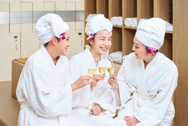 Drie aziatische vrouwen die champagne drinken