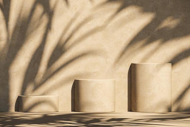 Drie beige podium op parasol en plantenschaduwen op muur