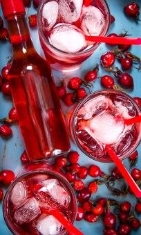 Drie bessencocktail met alcoholische drank en ijs