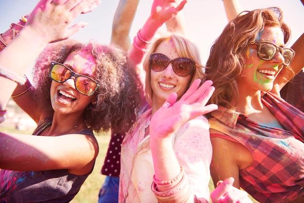Drie beste vrienden die lol hebben op het festival