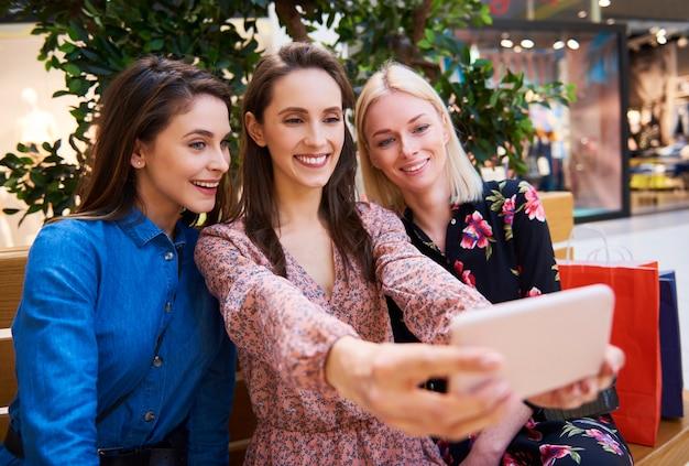 Drie beste vrienden tijdens het winkelen