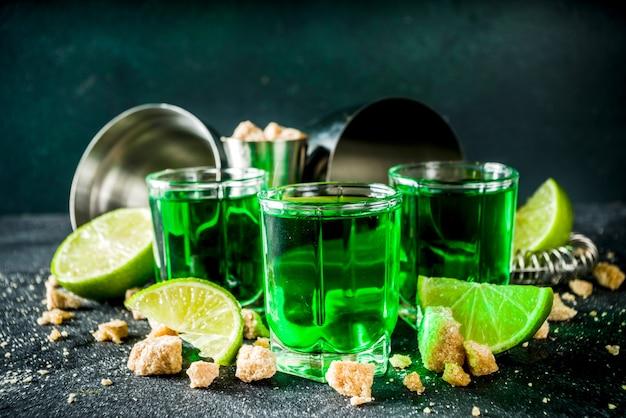 Drie borrelglaasjes met absint