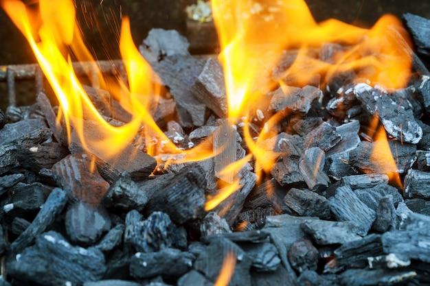 Drie brandende knuppels in hete kachel