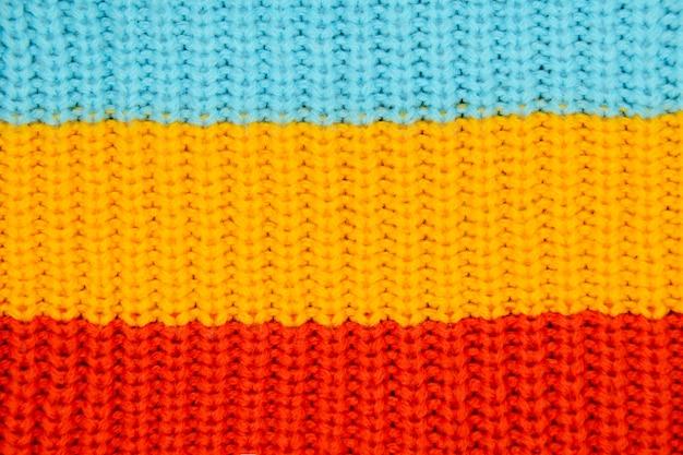 Drie brede horizontale strepen van blauw, geel en rood.