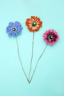 Drie broches gemaakt van vilten wol in de vorm van een bloem