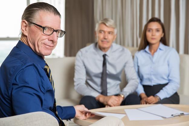 Drie business partners bijeenkomst aan tafel in office