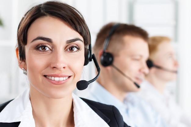 Drie call center service operators op het werk